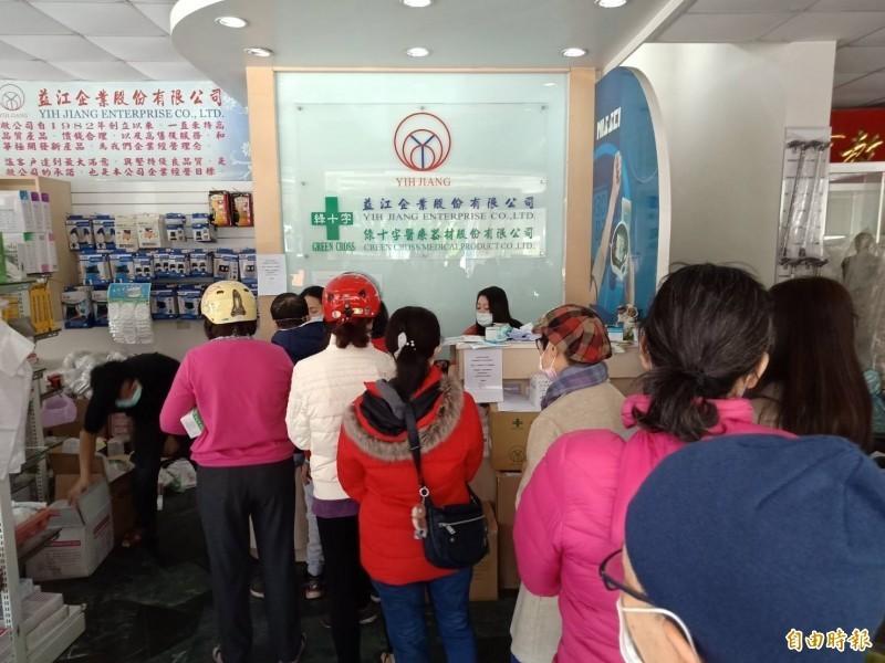 益江公司昨(31)日湧現大批聽聞謠言的民眾,提著先前購買的口罩到公司退貨,益江均受理退款。(資料照)