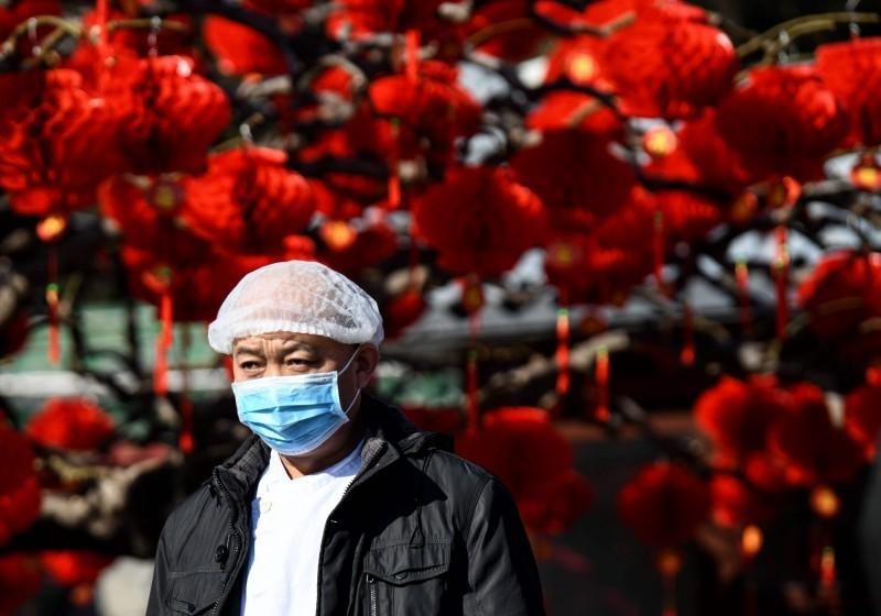 武漢肺炎疫情持續升溫,中國全境淪陷已確診病例超過1萬1千例。圖為民眾戴口罩防疫,非新聞當事人。(法新社)