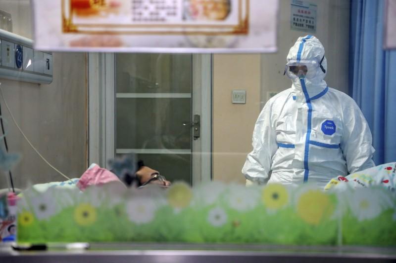 中國武漢爆發的新型冠狀病毒(2019-nCoV,下稱武漢肺炎)疫情持續延燒,去年底就有8名中國網友在網路上示警武漢疑似有嚴重急性呼吸道症候群(SARS)疫情,卻被武漢警方以「造謠」送辦。(美聯社)
