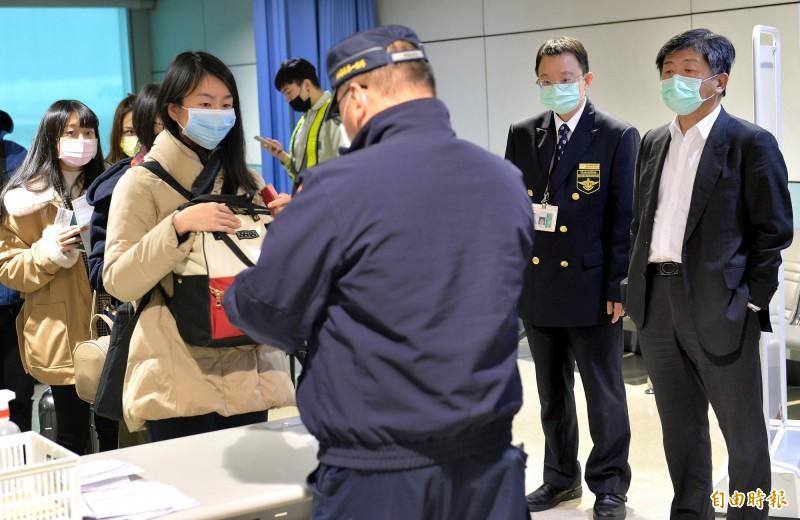 武漢肺炎疫情蔓延全球,防疫工作刻不容緩。圖為民眾填寫入境健康聲明卡示意圖。(資料照)