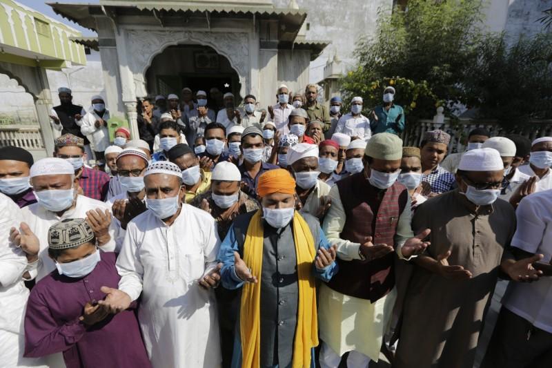 印度在上月30日傳出武漢肺炎確診病例,造成當地口罩需求大增,昨日印度政府宣布禁止口罩等個人防護用品出口。(美聯社)