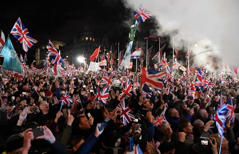 英國數千名脫歐支持者揮舞著國旗、唱著愛國歌曲,在倫敦國會廣場進行倒數。(法新社)