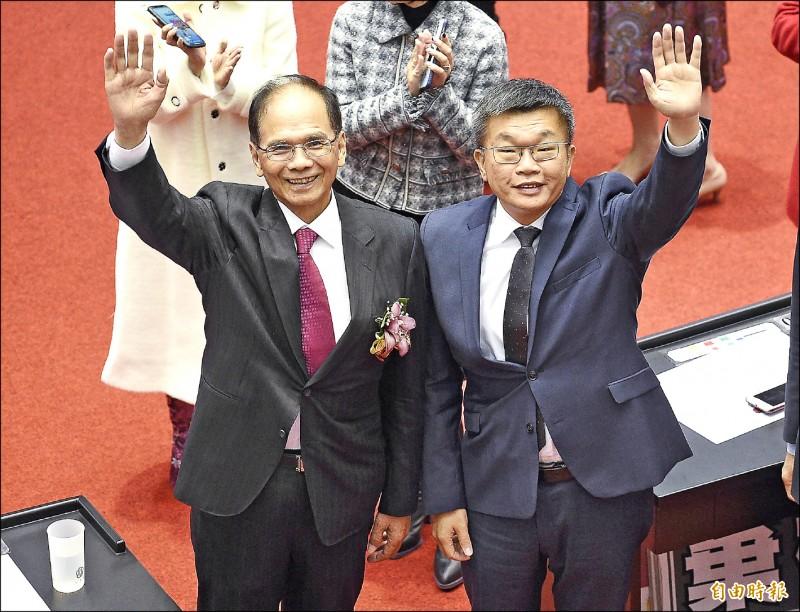 立法院正副院長當選人游錫堃(左)與蔡其昌(右)一同揮手向大家致意。(記者陳志曲攝)