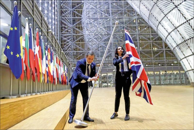英國時間一月卅一日晚上十一點,英國正式脫離歐盟。位於歐盟總部布魯塞爾的「歐洲理事會」,隨即派員移除英國國旗。(路透)