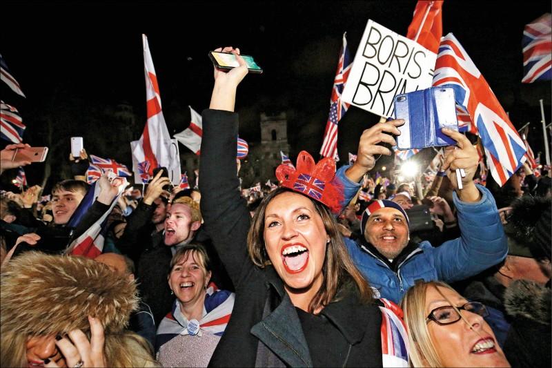支持脫歐的英國民眾湧入倫敦國會廣場,舉英國國旗、唱愛國歌曲,慶祝脫歐時刻到來。(美聯社)