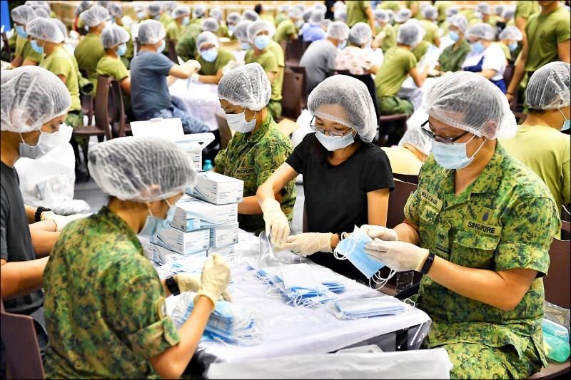 新加坡目前已有18起武漢肺炎確診病例,星國政府一日起對全國130萬戶免費發放520萬個口罩,一戶限領4個。圖為星國出動軍人協助整理口罩。(路透)