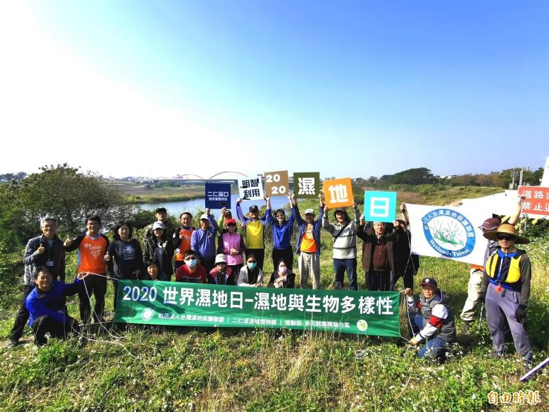 響應國際濕地日,台灣濕地保護聯盟在二仁溪畔宣示,推動國家重要濕地。(記者吳俊鋒攝)