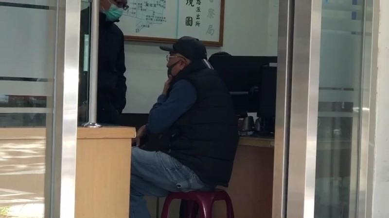 從中國湖北武漢返台的馮姓台商主動到派出所說明,強調自己「入境沒填資料、不認識另名女子」也未失聯。(記者姚岳宏翻攝)