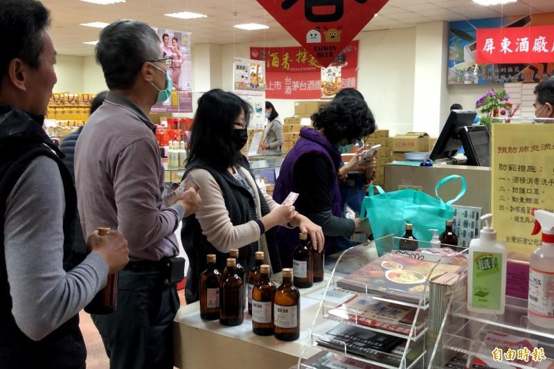 台灣菸酒公司屏東廠廠內95度優質酒精存量充足,吸引購買人潮。(記者邱芷柔攝)