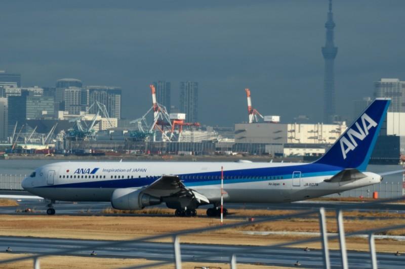 圖為1月29日在武漢撤離日本僑民後,飛返東京羽田機場的一架日本「全日空」包機。(彭博)