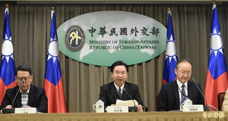 外交部長吳釗燮(中)今(2)日率相關官員就「義大利、越南停航」等事進行說明。(記者叢昌瑾攝)