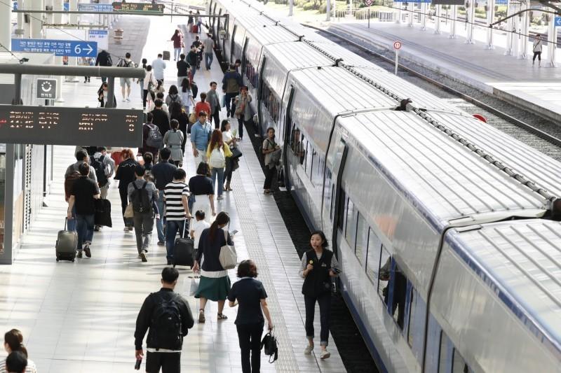 電影《屍速列車》講述感染病毒者成為殭屍,並快速傳播給他人。圖為南韓一處車站。(歐新社)