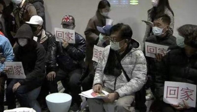 中國官方首度證實,近日將安排第一批湖北武漢台僑約200多人回台。圖為滯留湖北武漢的台僑家屬,拿著「回家」的標語向外界求援。(台北市家長會長協會提供)