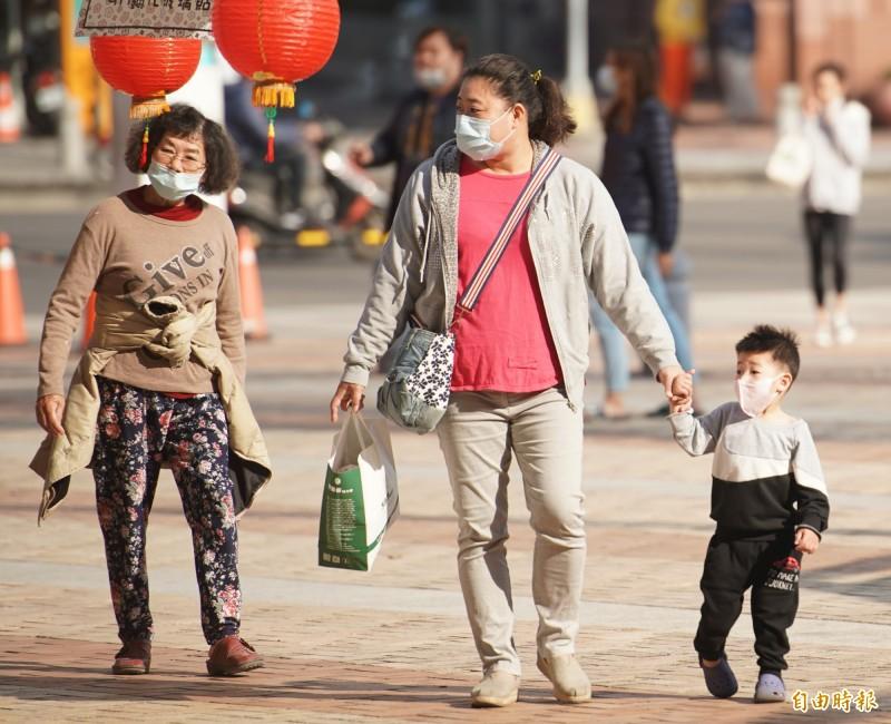 因應武漢肺炎,高中職(含)以下學校開學日延後2週,父母為照顧小學以下學童,其中一人可以在這2週間請「防疫照顧假」。(記者黃志源攝)