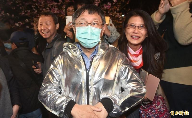 柯文哲(戴口罩)對於被指控違反傳染病防治法,笑說「要被抓去關了是不是?」,引發外界不滿。(記者方賓照攝)