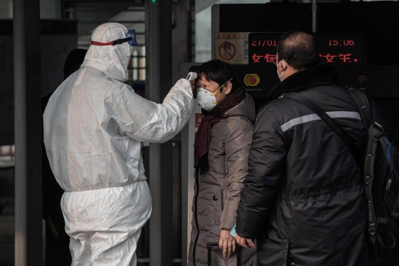 中國的武漢肺炎確診病例已達14380例、死亡304例,嚴重疫區湖北省為此頒布「禁婚令」,從明天(3日)開始停止受理婚姻登記。(法新社)