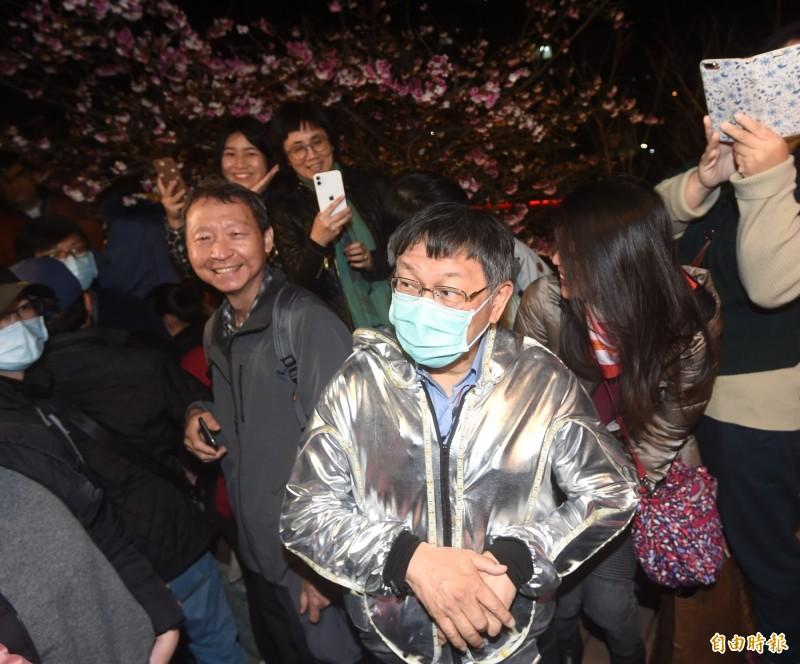 台北市長柯文哲受訪時脫口洩露預定收容武漢撤僑的安置地點,文化大學學生會今晚發表聲明表達強烈關切。圖為柯文哲今晚應邀東湖「2020樂活夜櫻祭」。(記者方賓照攝)