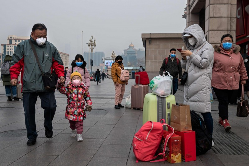 中國春節假期延長到2月3日,也就是說明天就要開工了,但上班人潮恐會讓病毒大規模傳播。(法新社)