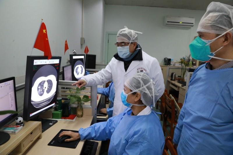 關於武漢肺炎起因,印度研究者先前一篇病毒可能來自實驗室外洩的論文,引起眾多揣測及批評。圖中,醫務人員正在檢查武漢肺炎患者的CT(電腦斷層掃描)圖像。(路透檔案照)