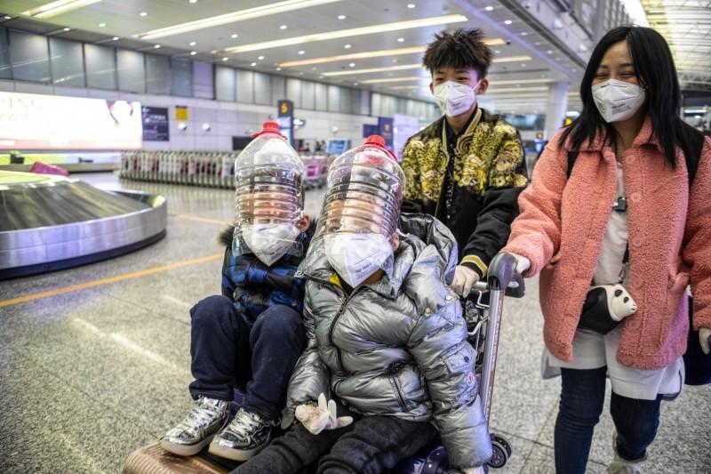 公主遊輪宣布,所有船隻都禁止14天內去過中國的旅客登船,但這項禁令並不包括去過台灣、香港、澳門的旅客。圖為中國廣州民眾的防疫措施。(歐新社)