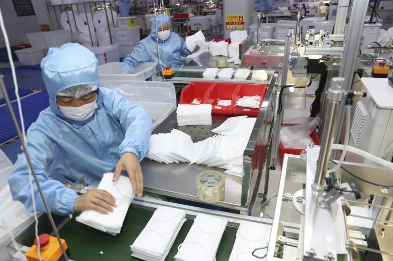 柬埔寨浙商趙普洲買下當地一間口罩工廠,日產10萬片口罩並以成本價人民幣0.3元賣出。圖為示意圖。(美聯社)