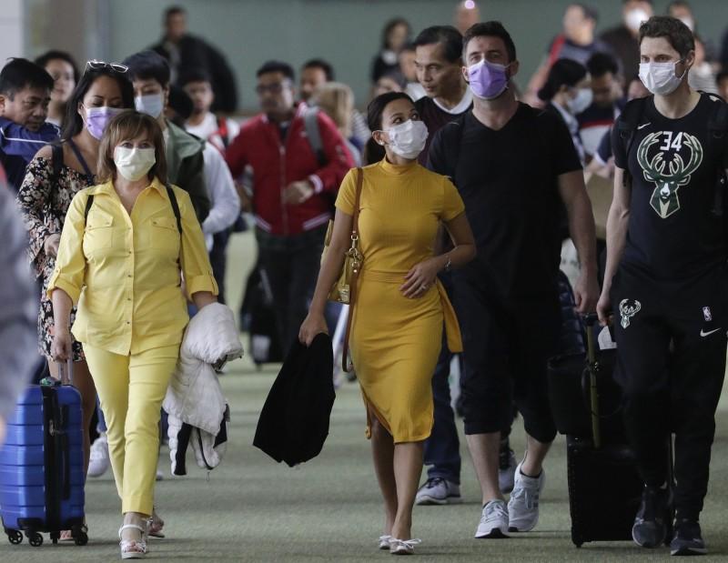 菲律賓宣布,即起禁止所有來自中港澳的各國旅客入境。圖為抵達馬尼拉國際機場的旅客。(美聯社)