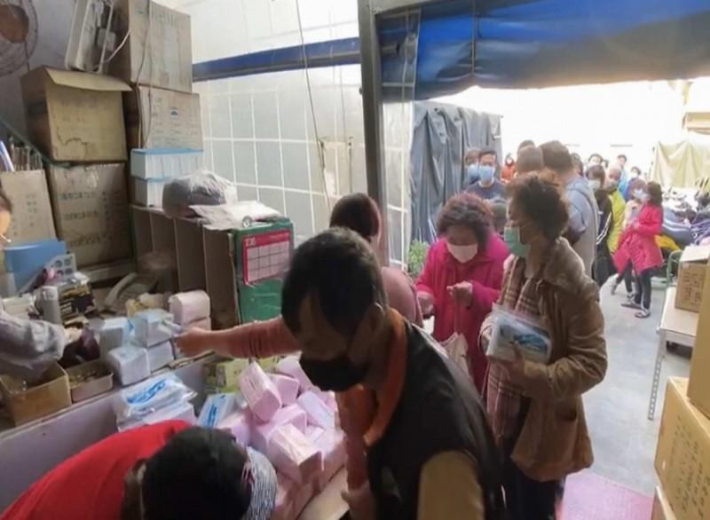 彰化市這家貿易業者開賣1萬盒醫療口罩,成人口罩每片只賣2元,人龍一度最長達1公里。(記者湯世名翻攝)