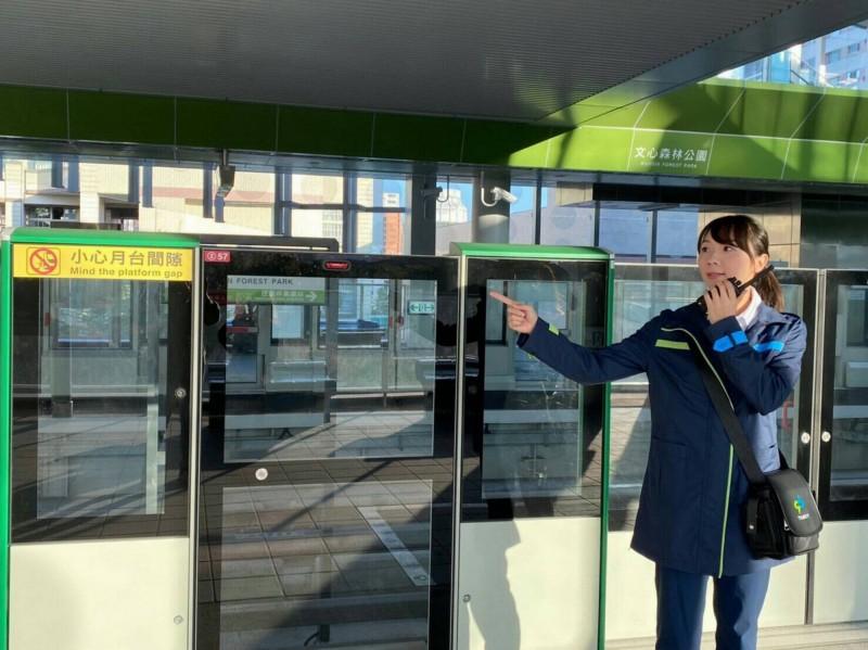 台中捷運公司全面接管捷運綠線,站務人員進駐車站。(台中捷運公司提供)
