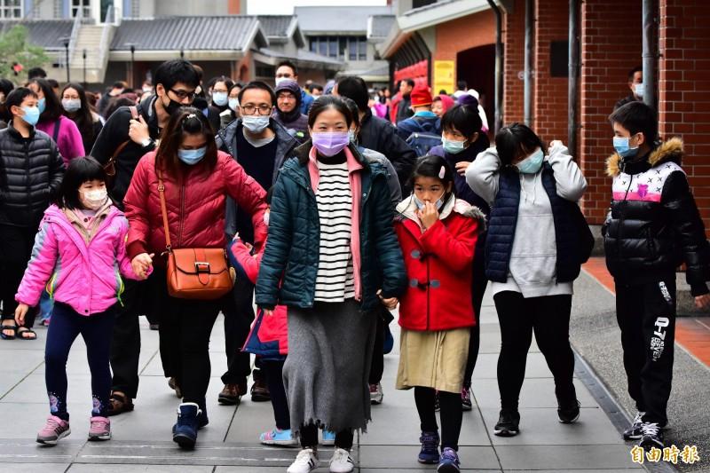 武漢肺炎影響,台灣旅遊景點都可以看到遊客戴口罩防疫,但受波及影響最深的旅行社業者,感嘆這波疫情是開業30年來最嚴峻一次。圖為示意圖。(記者張議晨攝)