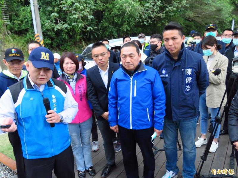 新北市長侯友宜(前排右二)今視察「淡水區亮點計畫」自行車道以及人行道工程。(記者陳心瑜攝)