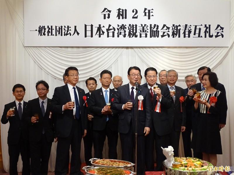 日台親善協會今天舉行新春團拜,十多名國會議員親自或派代表出席,駐日副代表蔡明耀也帶領代表處人員與會團拜。(記者林翠儀攝)