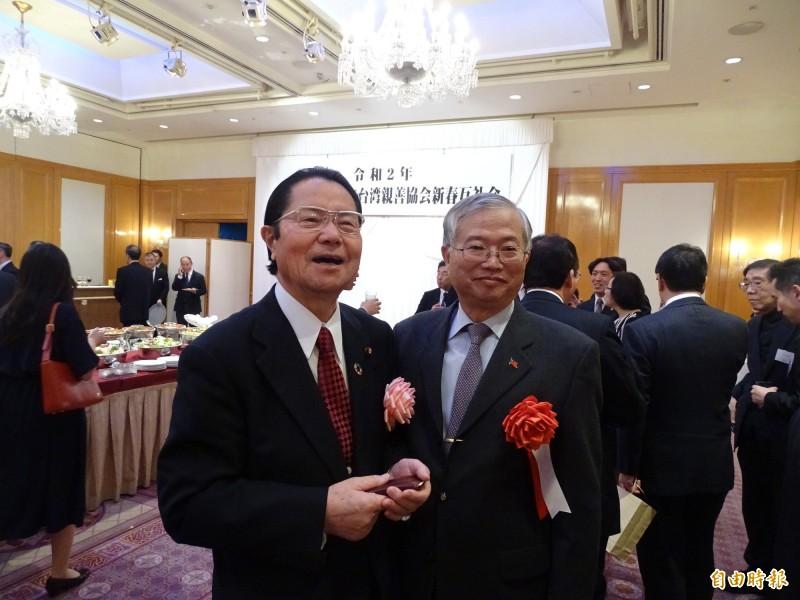 日本台灣親善協會會長衛藤征士郎(左)與駐日副代表蔡明耀(右)。 (記者林翠儀攝)