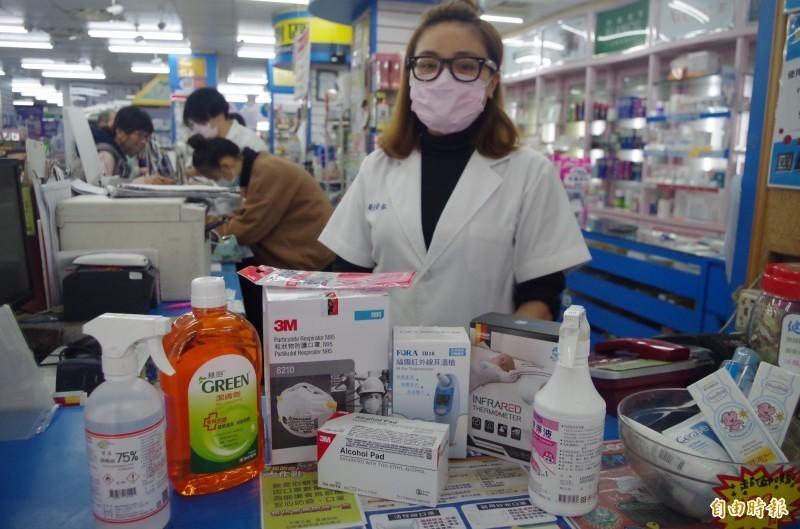 民眾防範中國武漢新型冠狀病毒,除搶購口罩,酒精消毒液、耳溫槍等也成搶購商品。(記者王善嬿攝)