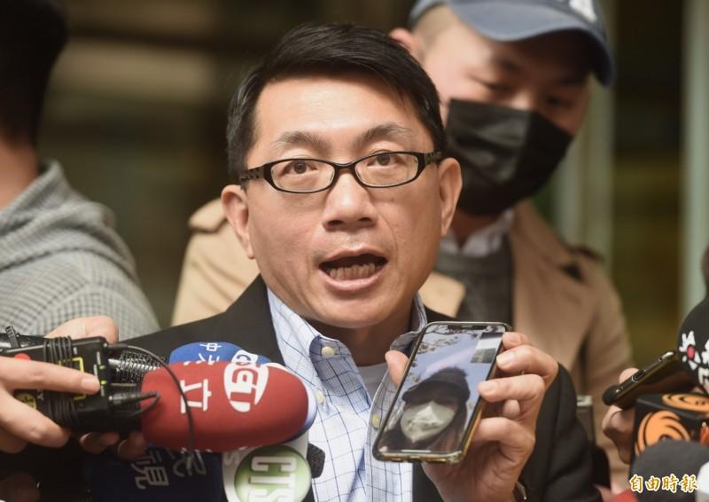 湖北台灣同胞返台救援會會長徐正文3日說明最新湖北武漢台胞返台消息,並與在現場集合的台胞視訊。(記者簡榮豐攝)