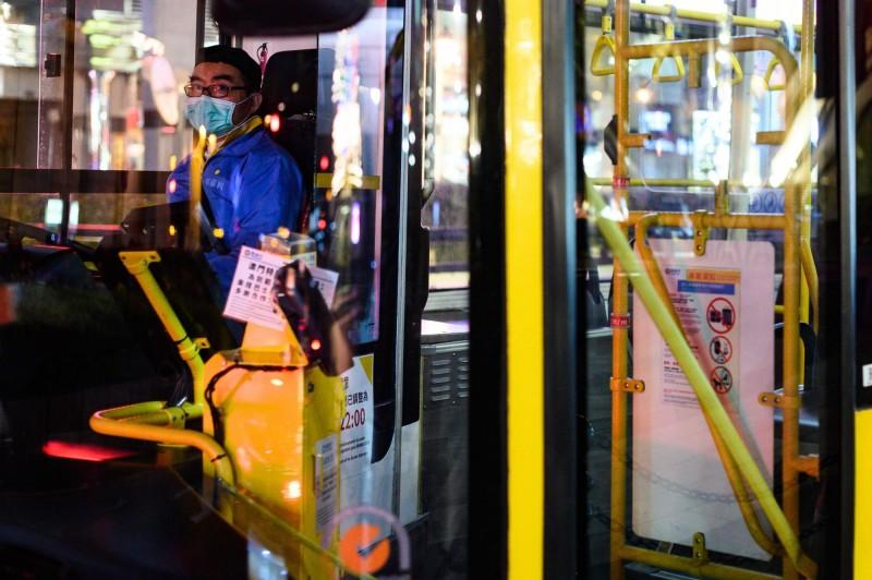 澳門交通事務局宣布,即日起乘客須配戴口罩才能搭乘公車。(法新社)