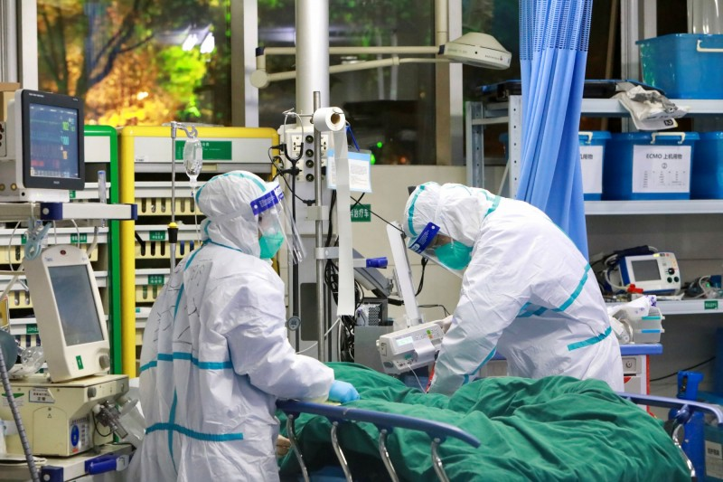 中國目前肺炎累計死亡人數361人,已超越2003年SARS的349死。(路透)