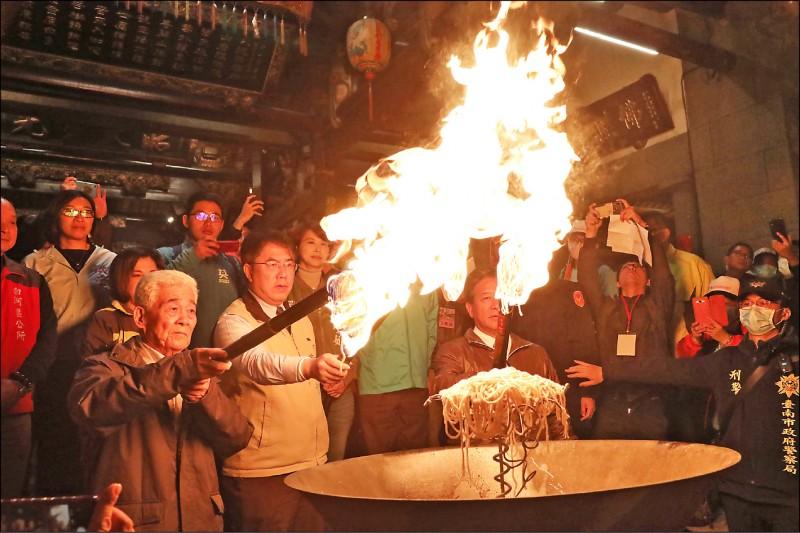 恭送「正二媽」返回東山碧軒寺,市長黃偉哲(前左二)等人點燃火把走古香路。(記者楊金城翻攝)