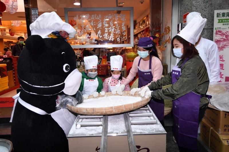 台北市政府吉祥物「熊讚」與「學姐」黃瀞瑩,邀請市民一起享受最潮奶茶口味的元宵。(台北市觀光傳播局提供)