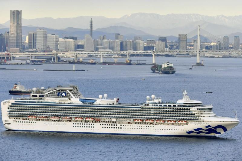 香港確診病患搭過的鑽石公主號郵輪目前停靠在橫濱港,船上約3500人當中有10人發燒。日本已將其隔離並進行檢疫。(美聯社)