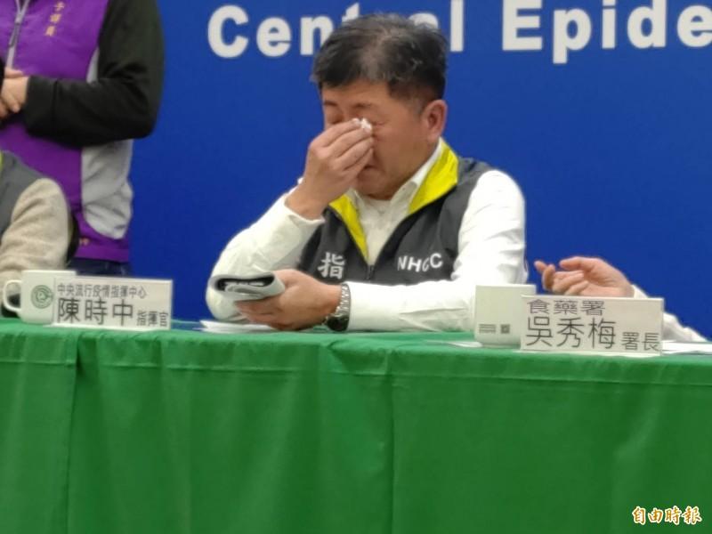 中央流行疫情指揮中心指揮官陳時中今晚在記者會上公布1名乘包機返台的武漢台商確診,一度哽咽落淚。(記者吳亮儀攝)
