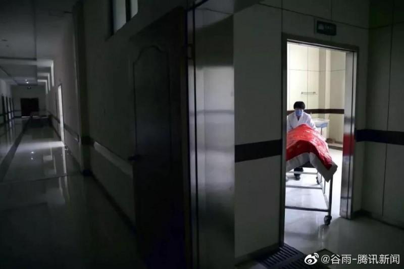 武漢殯葬業人員「老黃」透露,殯儀館內員工從初二開始上班都沒休息,且目前防護衣、口罩等物資已經極度短缺。(圖擷取自微博)