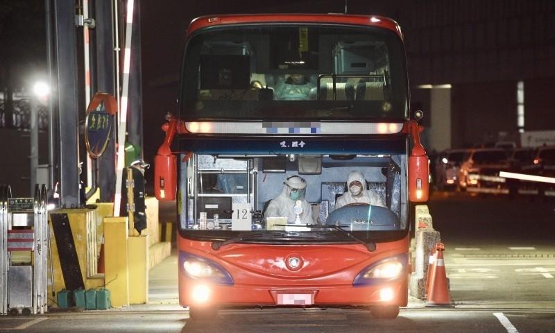 滯留武漢台商包機3日晚間回台,所有旅客在台灣飛機維修公司維修廠棚完成一切檢疫程序及通關作業後,4日清晨以遊覽車分別送往隔離場所。(記者羅沛德攝)