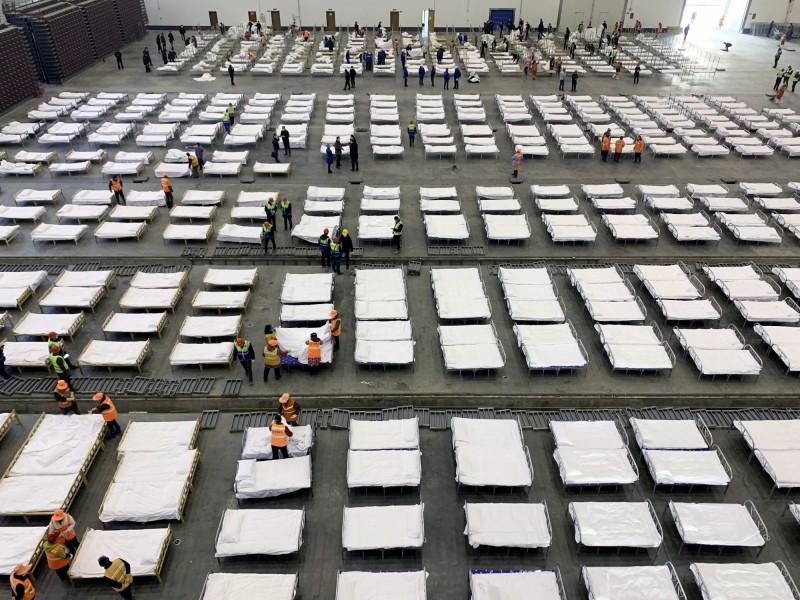 除了火神山醫院、雷神山醫院之外,中國政府又於武漢3個地點設立可容納800至1000人不等的「方艙醫院」,但內部照片曝光後讓不少中國網民顫慄不已。(歐新社)