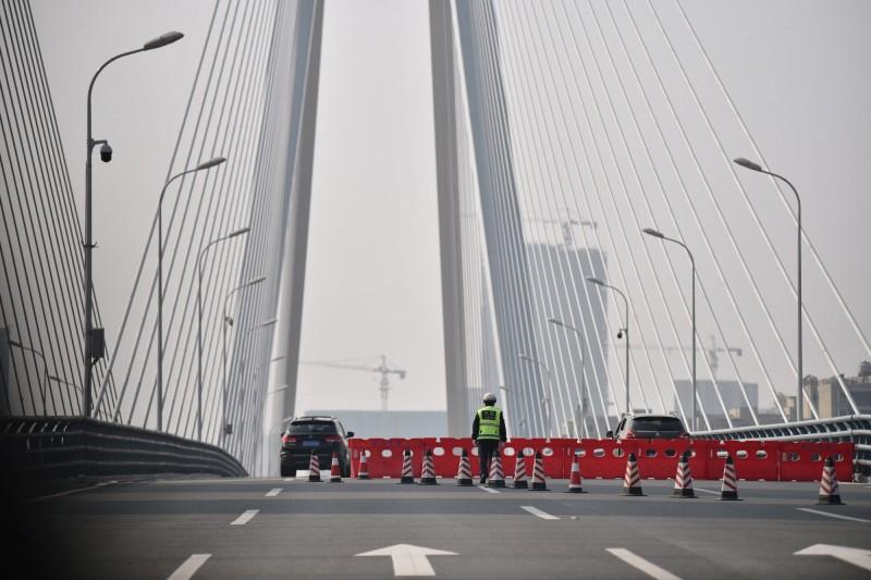 隨著中國武漢肺炎疫情擴大,湖北武漢、溫州、杭州等地陸續宣布封城。(法新社)