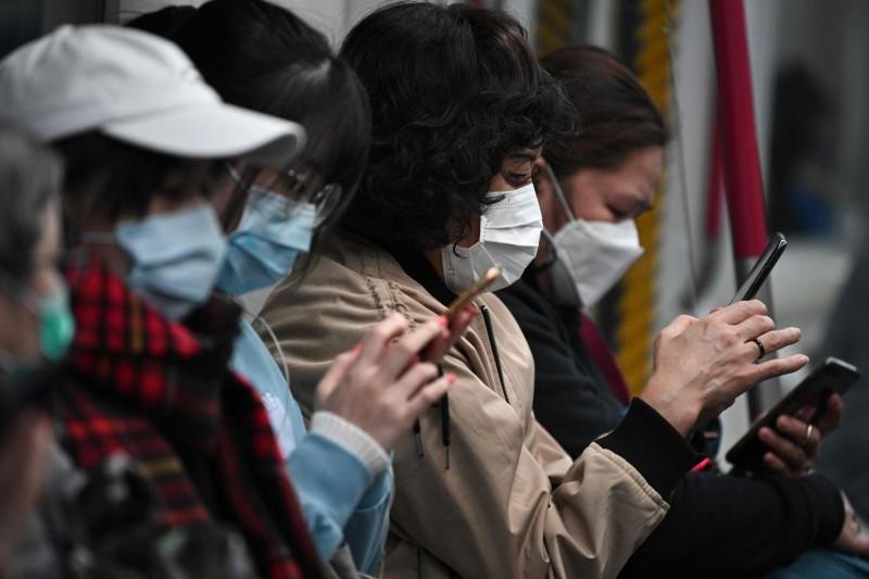 不少民眾以口罩自保,預防武漢肺炎。(法新社)