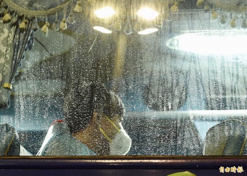 滯留武漢台商包機3日晚間回台,4日清晨以遊覽車分別送往隔離場所。(記者羅沛德攝)