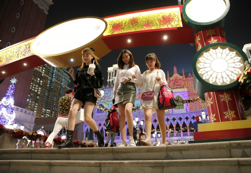 澳門行政長官賀一誠今日宣布決定要求博彩業「暫停運作半個月」。圖為澳門賭場示意圖。(路透)