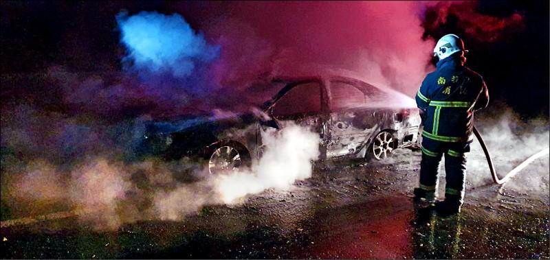 消防員接獲火燒車通報前往灌救,火勢撲滅後,車子燒成一堆廢鐵,一對夫妻命喪車內。(記者佟振國翻攝)