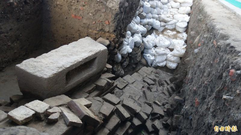考古團隊在安平石門國小北側發現陸相與海灘相地層。(記者劉婉君攝)