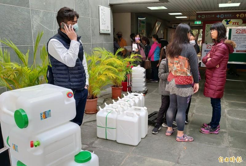 民眾自備容器到台中酒廠購買酒精。(記者張菁雅攝)